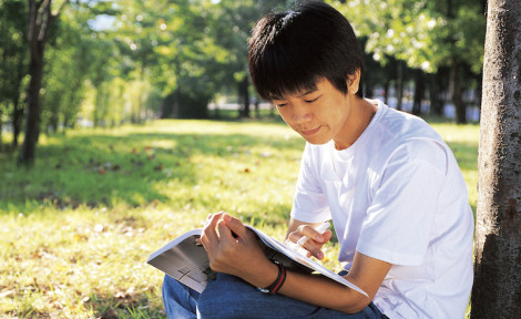 adolescent qui apprend une langue