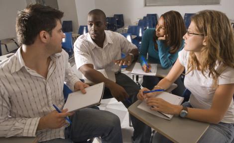étudiants internationaux en groupe de travail