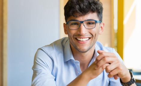 jeune homme prépare son séjour à l'étranger